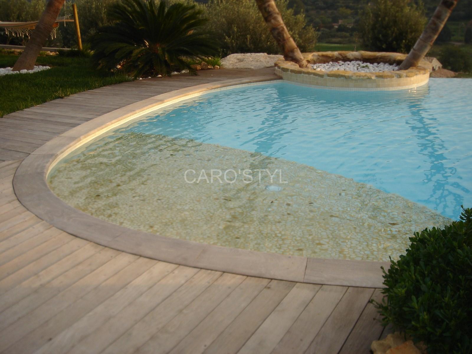 Plage de piscine immergée en galets naturels de rivière, plusieurs ...