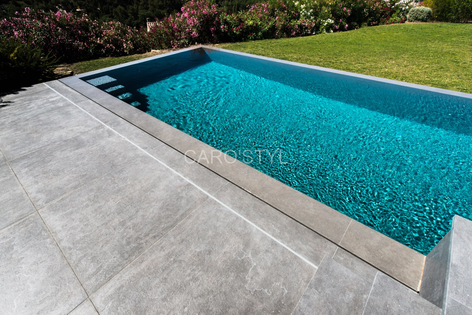 quel rev tement de sol pour une plage de piscine pierre. Black Bedroom Furniture Sets. Home Design Ideas