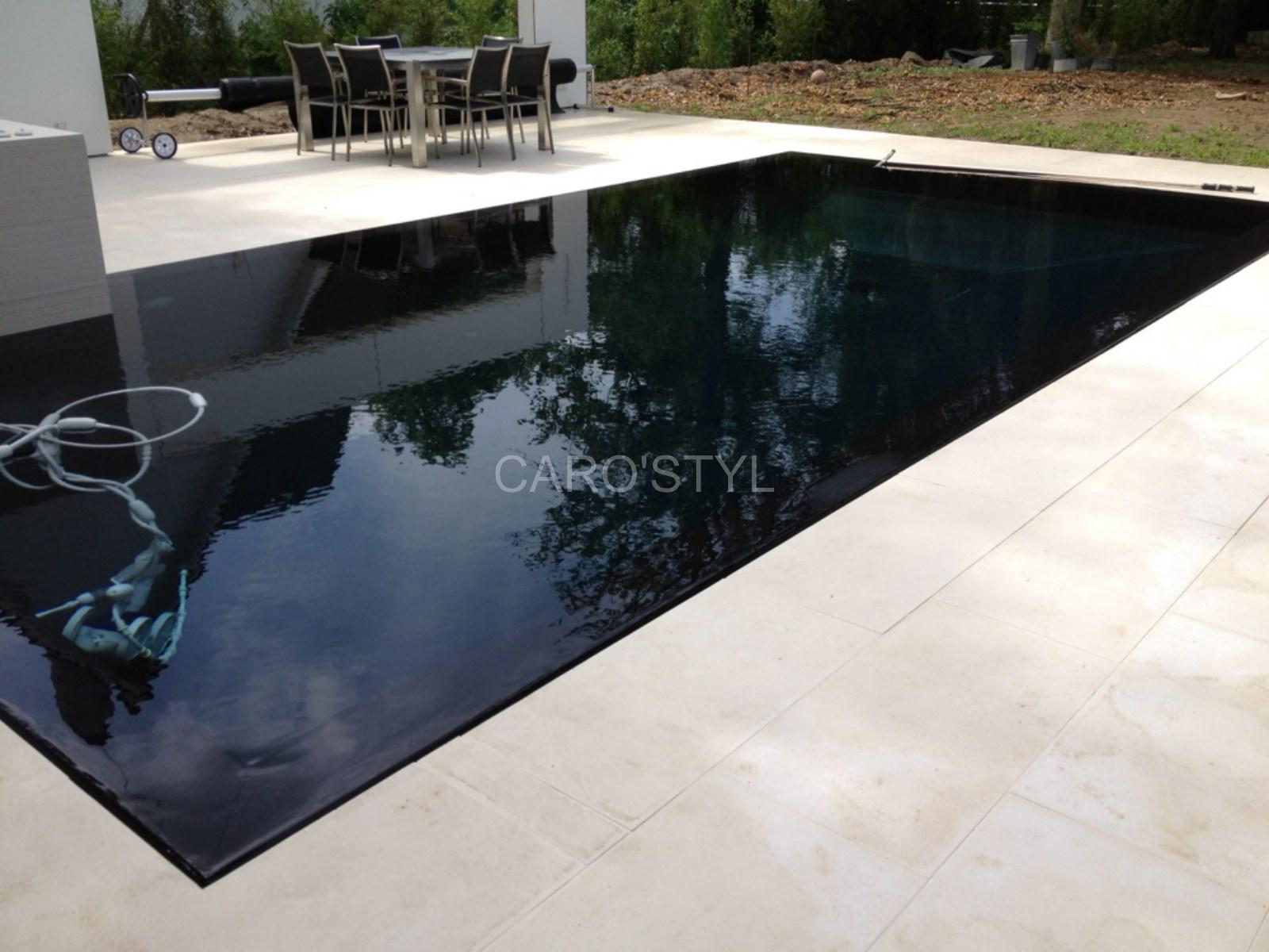 piscine miroir en carrelage noir et margelles et plage de piscine en pierre volcanique noire. Black Bedroom Furniture Sets. Home Design Ideas
