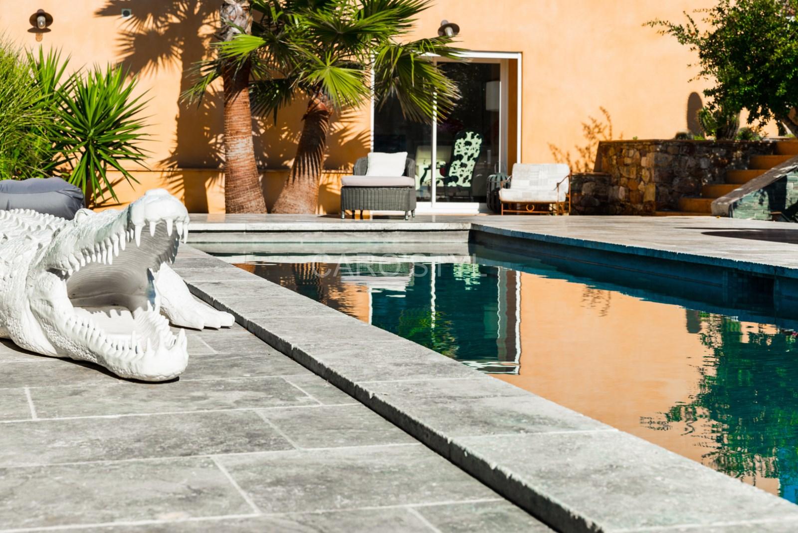 Piscine en pierre naturelle travertin gris, pour une piscine aux ...