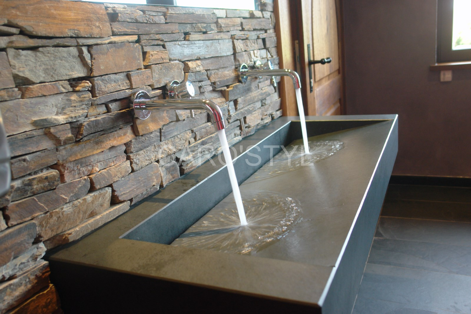 vasque en pierre noire vacuation par derri re magasin. Black Bedroom Furniture Sets. Home Design Ideas