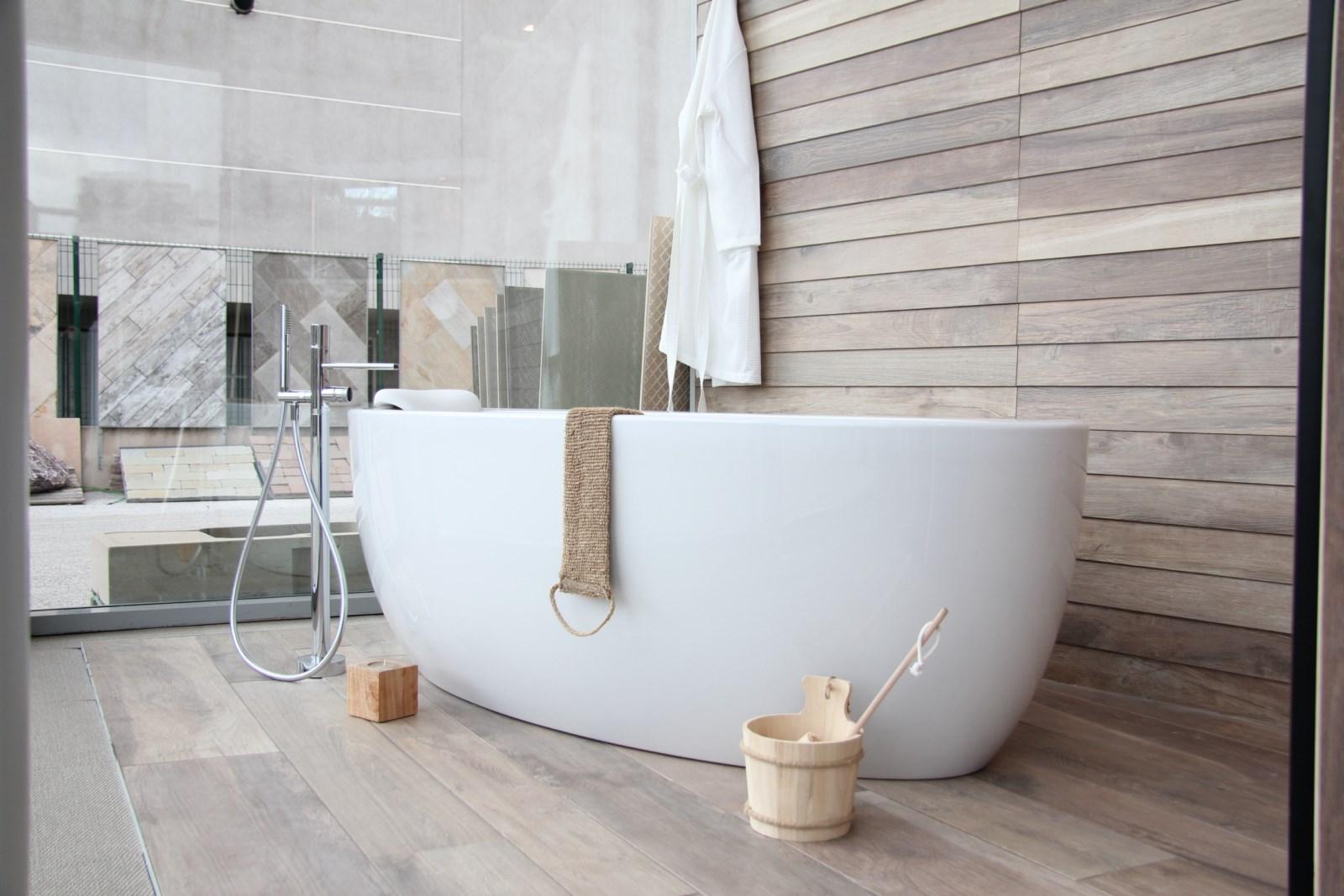 Une baignoire ilot sur un décor chalet bois - Magasin de carrelage ...